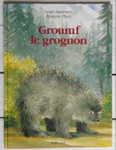 Groumph est grognon de nature et il n'est pas très agréable avec les autres animaux, jusqu'à ce qu'il rencontre quelqu'un qui lui ressemble... Cette histoire touche les questions de la solitude et de l'identité.